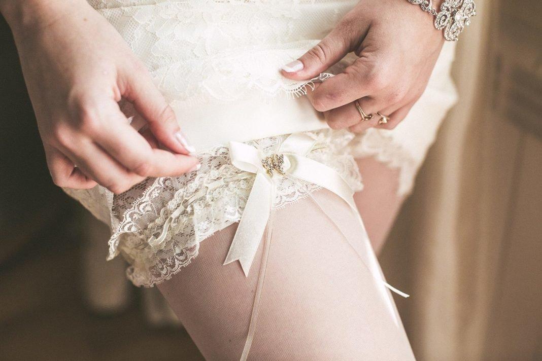 Подвязка невесты фото на ноге