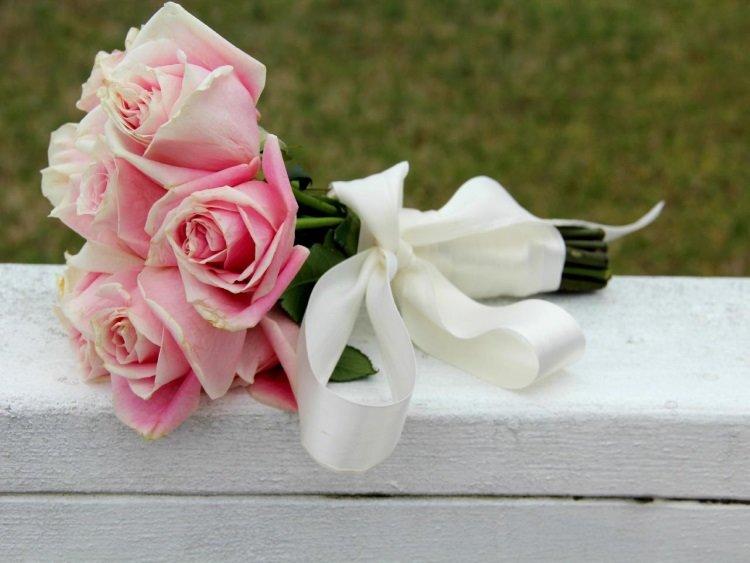 Белая шелковая лента в качестве украшения