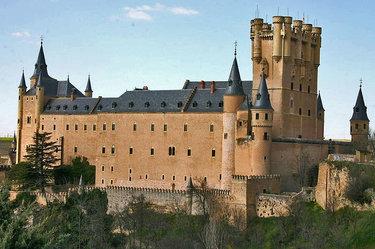замок алькасар в романском стиле