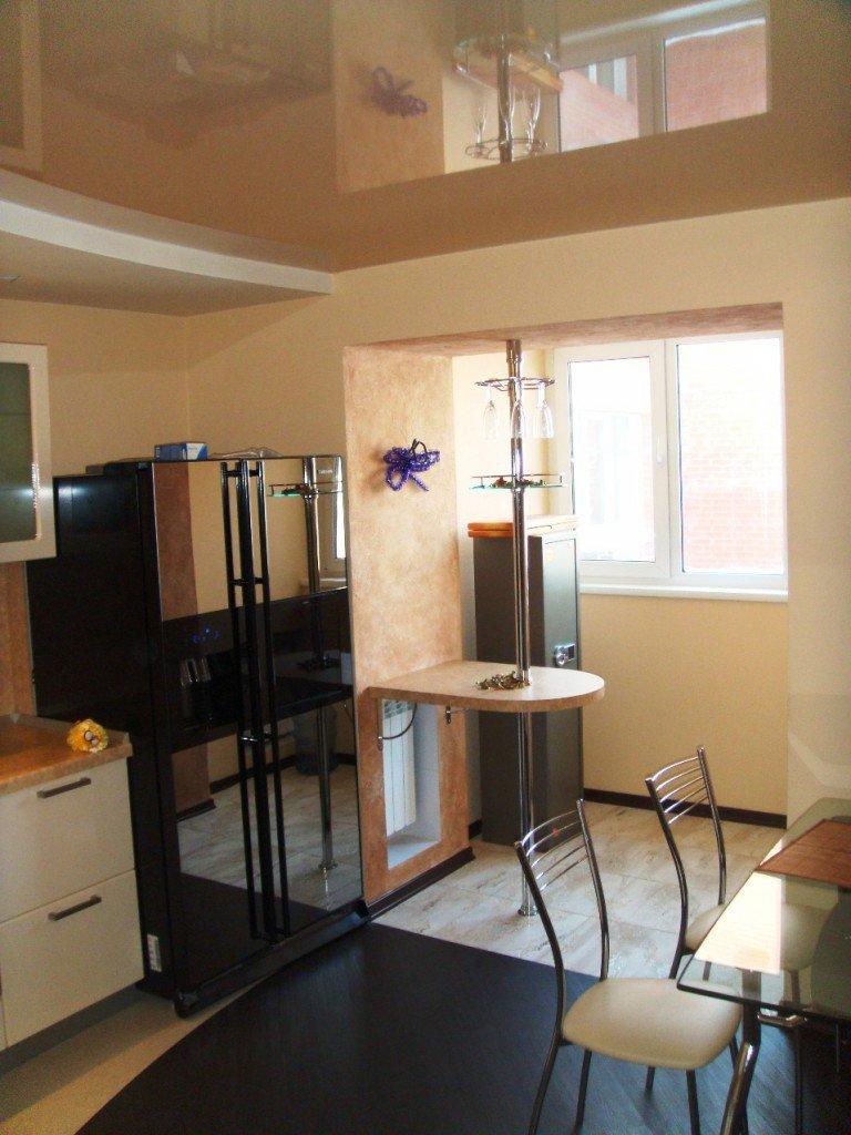 Кухня, объединенная с балконом. радиатор под барной стойкой .