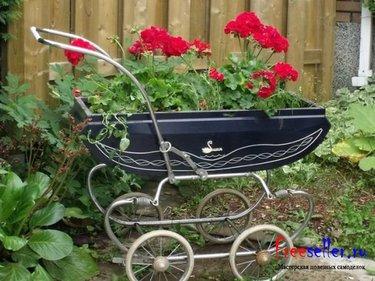 цветник из старой коляски