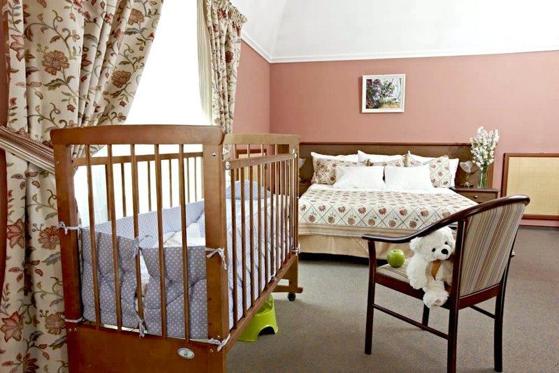 Даже если планируется, что впоследствии будут совмещены спальня и детская в одной комнате (хотя это большая редкость), детская для подросшего малыша – это совершенно другое пространство, нежели уголок новорожденного.