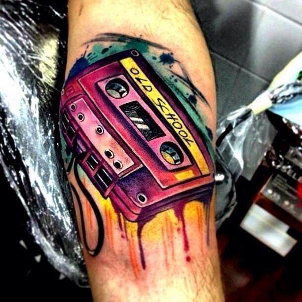 Аудио кассета на руке
