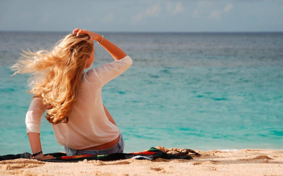 фото где девушка сидит на море голые девушки