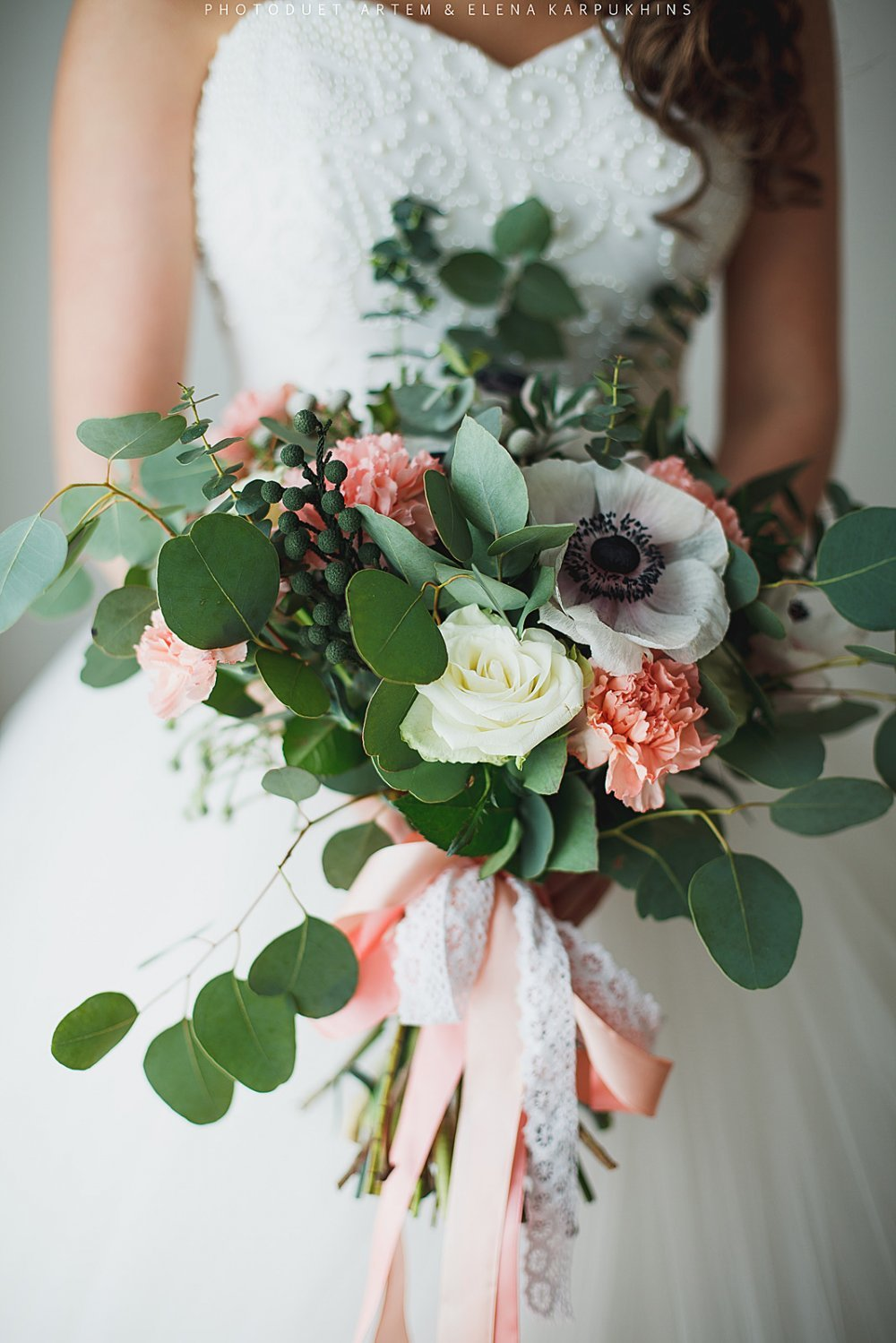 Красивый свадебный букет с анемонами и розами
