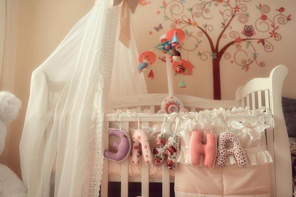 Балдахин придаст очарования детской зоне, а также защитит младенца от яркого света, сквозняков, пыли. А декор на стене сделает эту часть комнаты более милой и привлекательной.