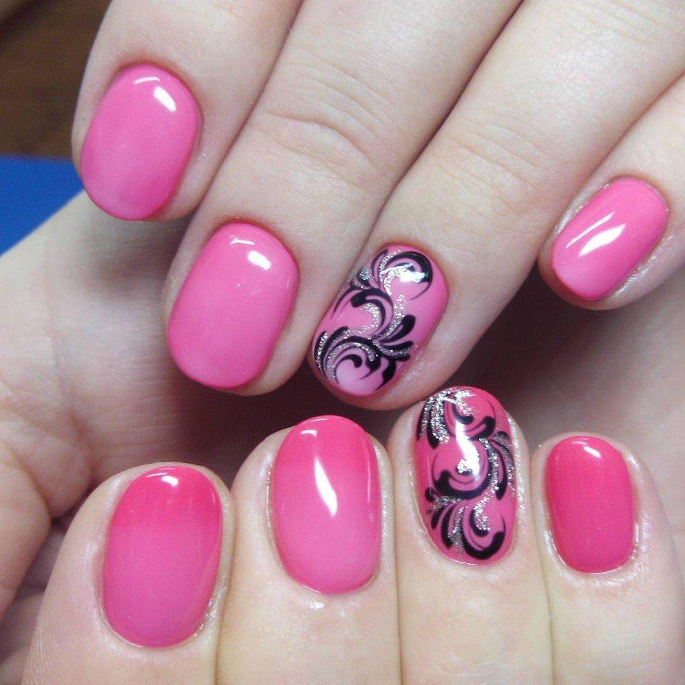 Обычно на спокойные, нежно-розовые тона маникюра наносят замысловатые рисунки в виде мелких цветов и завитков.