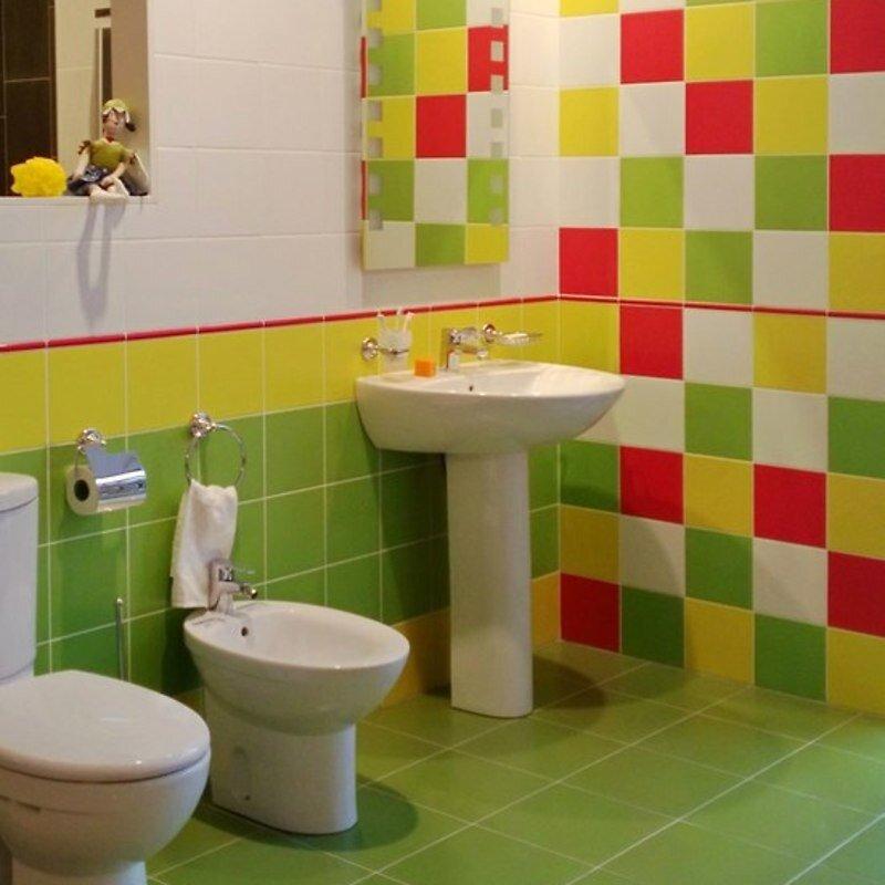 веселая ванная комната  в клеточку