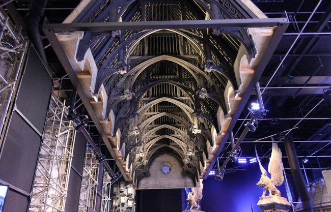 Главный экспонат музея – школа магии Хогвартс, вернее 16-метровый макет сказочного замка, где она находилась. Но и этих размеров достаточно, чтоб почувствовать себя в волшебной стране, тем более его оживили горящими на башнях факелами, а чарующая подсветка и визуальные эффекты создают иллюзию смены дня и ночи каждые 4 минуты.