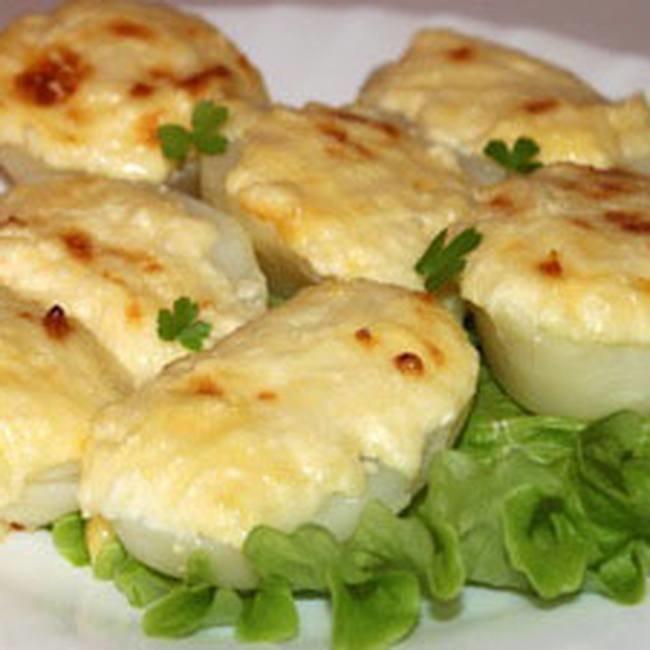Достаем картофель из духовку и посыпаем паприкой.