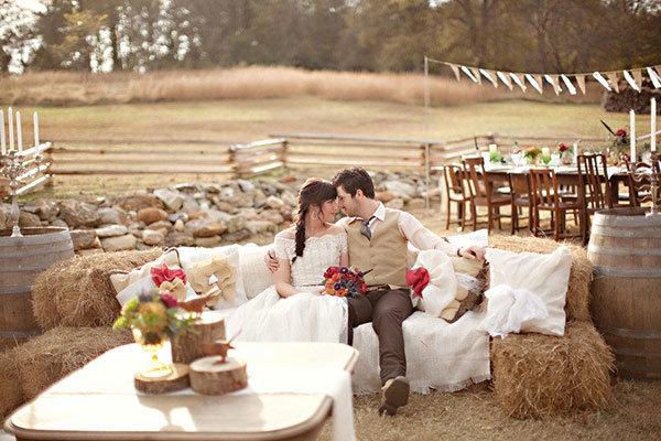 Свадьба в стиле рустик - это тематическая свадьба, продолжающая традиции модных свадеб в стиле ретро или шебби-шик. Вот идеи оформления свадьбы в стиле рустик.