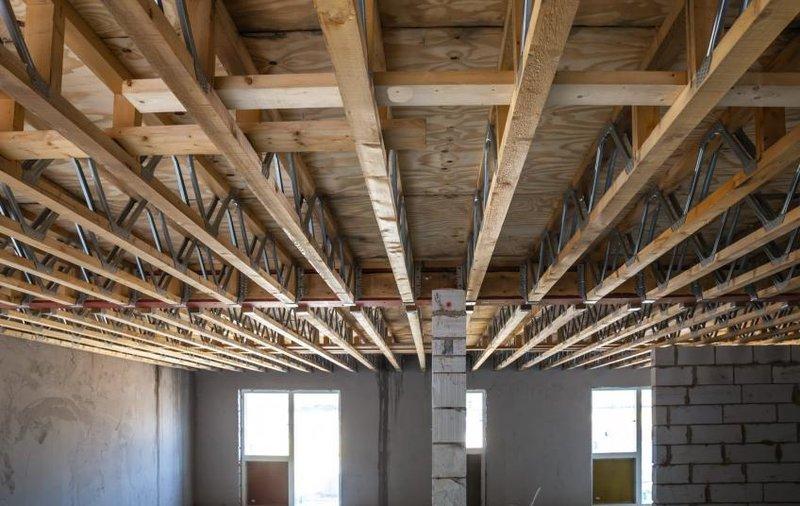 Любое строение, и одноэтажный частый дом и многоэтажная постройка с множеством квартир имеет основу из несущих перекрытий. Они принимают нагрузку от жителей, техники и мебели и равномерно распределяют ее на фундамент.