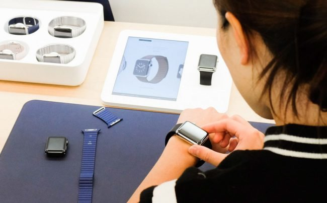 Умные часы — устройства из разряда носимой электроники: внешне напоминающие обычные наручные часы, но оснащенные электронной начинкой и множеством датчиков, как то гироскоп, акселерометр, шагомер, датчик пульса и прочие.