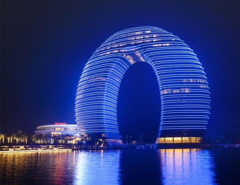 отель в форме кольца ночью подсвечивается 19 тыс. светодиодными фонарями и, по  задумке архитекторов ee053e65635