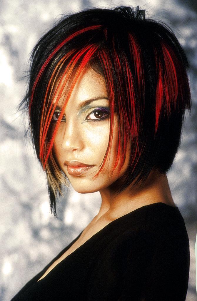 Фото красные пряди на чёрных волосах