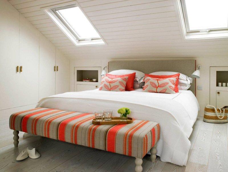 белый мансардные потолок с окном
