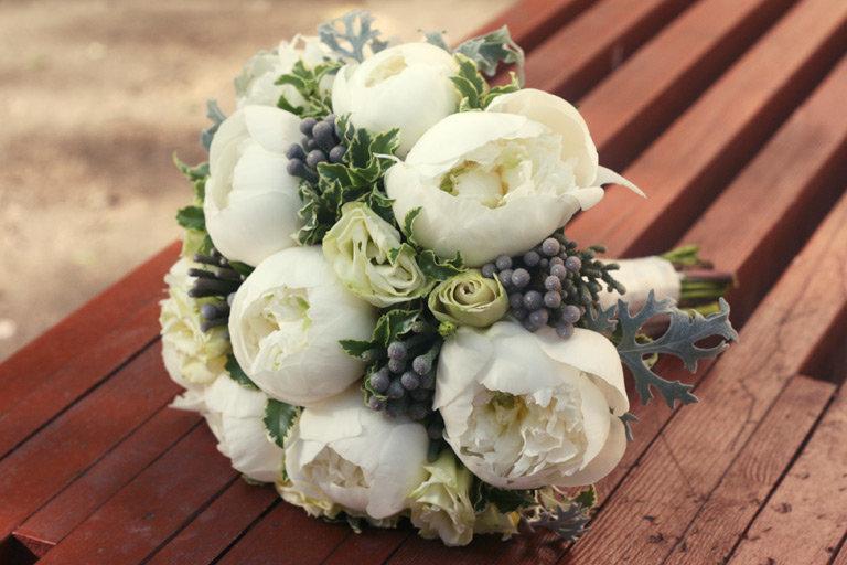 Букет тюльпаны, букет свадебный из белых пионов