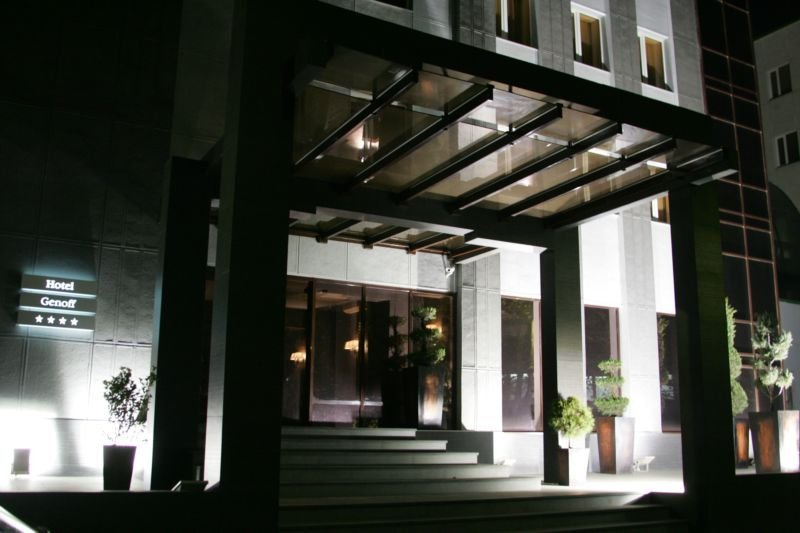 Гостиница Genoff ночью