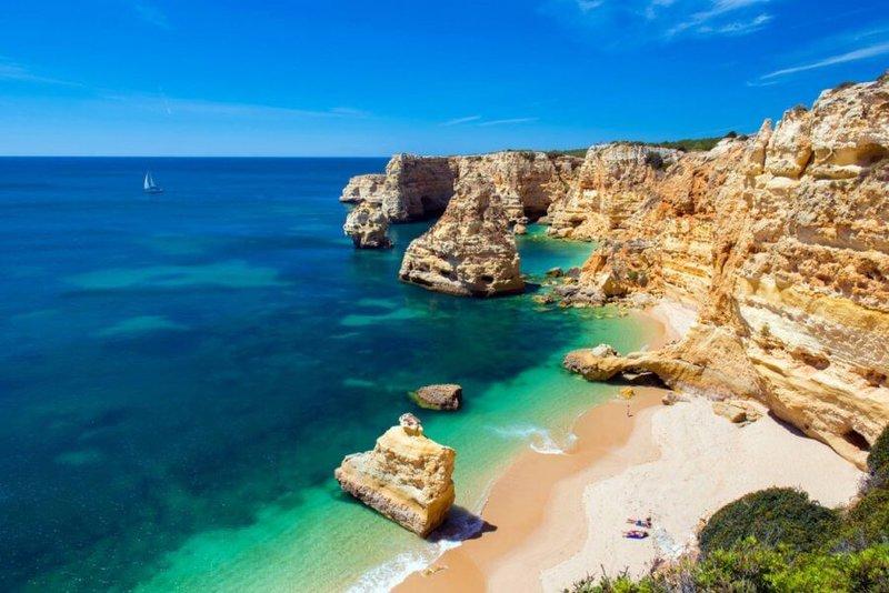 Мы подобрали для вас десять лучших пляжей в Португалии, которые не оставят вас равнодушными.