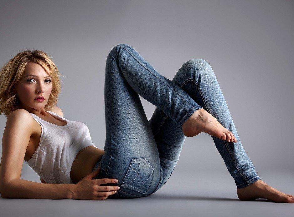 Женщина в джинсах