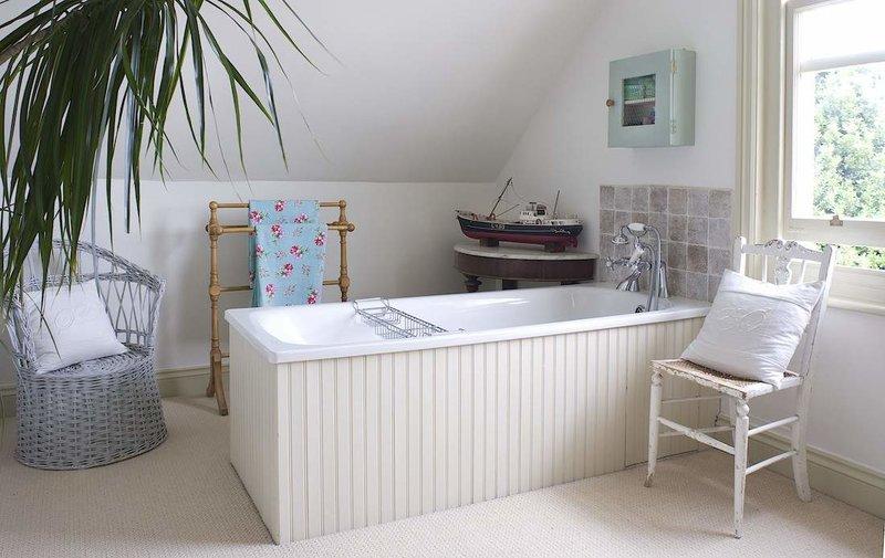 В стиле шебби шик все в гармонии - уют, свет и красота. Ванная комната в стиле шебби шик.