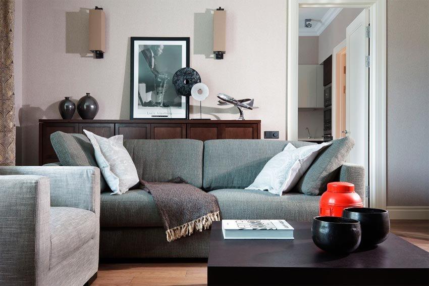 мягкая мебель из натуральной ткани в маленькой гостиной карточка