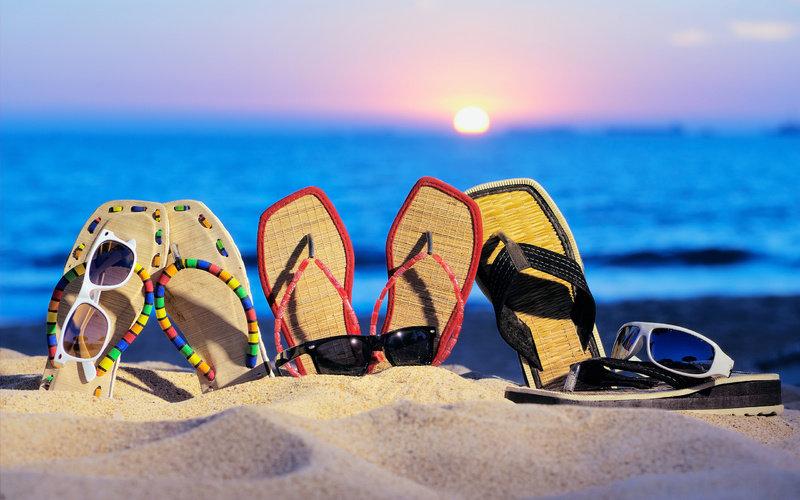 Море, отпуск, очки, песок, пляж, шлепанцы, лето, закат картинки на рабочий стол в высоком качестве . Обоев в базе —