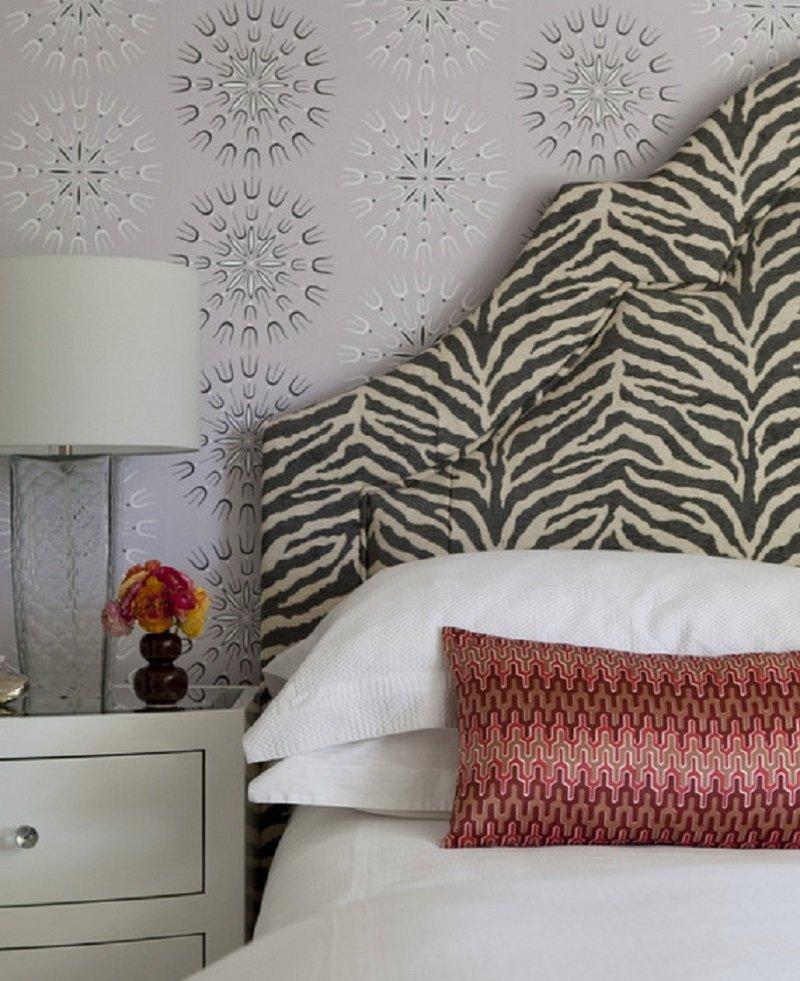 Разнообразить интерьер можно внеся лишь несколько акцентов с модным принтом, например, добавив в привычную обстановку ковер, подушки, разрисовать поверхность шкафа или повесить панно на стене.