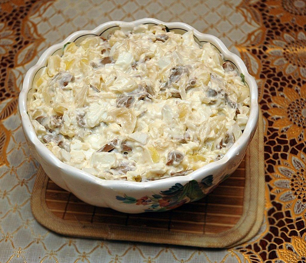 Вкусный и сытный салат получается из консервированных шампиньонов, куриного филе, ветчины, болгарского перца и ананасов с добавлением изюма и грецких орехов, заправленный майонезом.