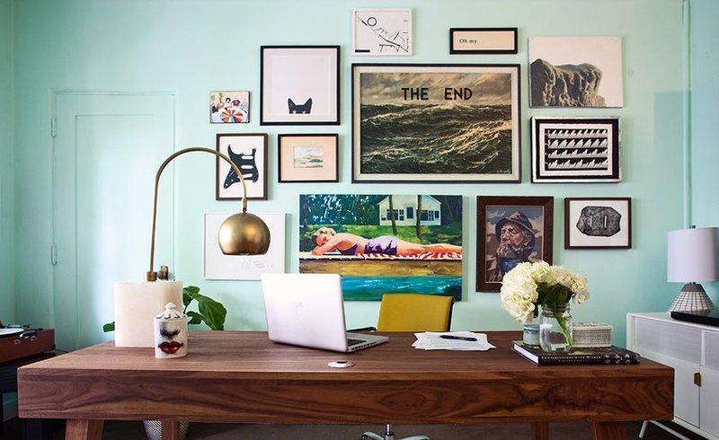 Бодрость и позитив: рабочее пространство, оформление которого выстроено вокруг голубого