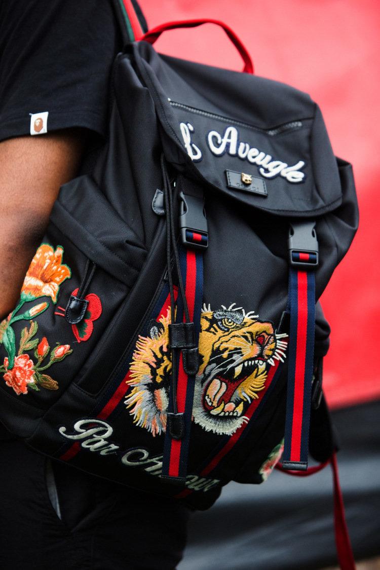 Вышивка на рюкзаке фото