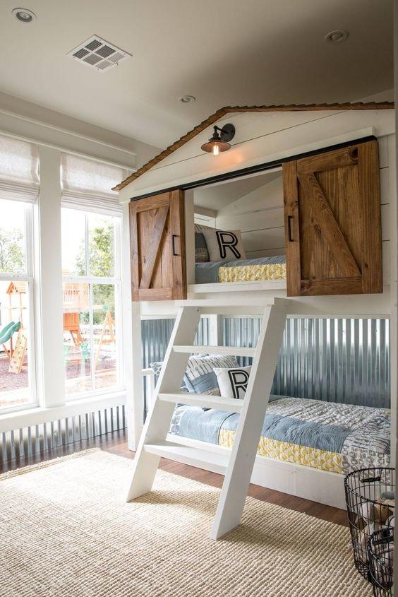 Собственный маленький домик для ребенка в его комнате.