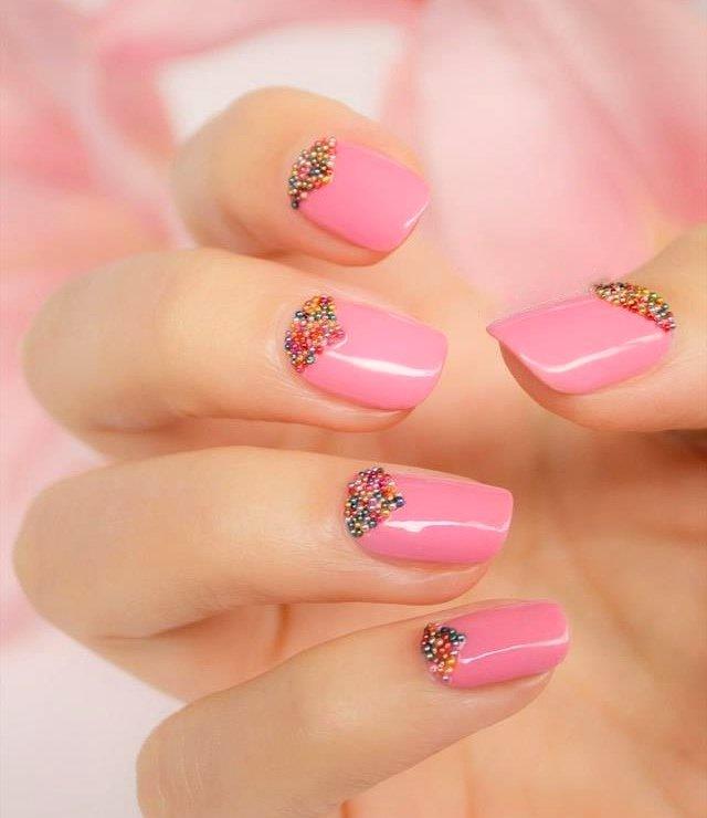 Розовый цвет лака идеально подчеркивает красоту женских рук. ..