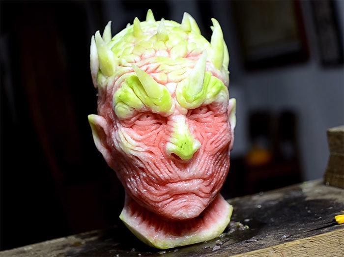 Голова Короля Ночи «Игры престолов» сделанная из арбуза.