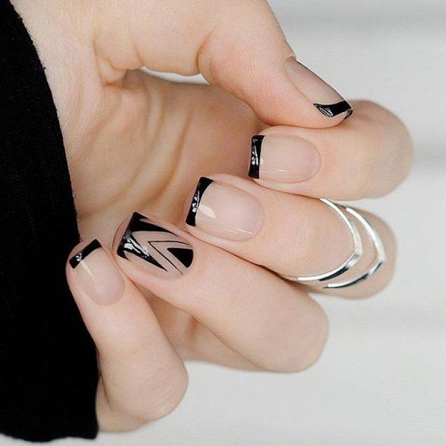 В моде аккуратные ногти с экстравагантным графическим покрытием и черным френчем