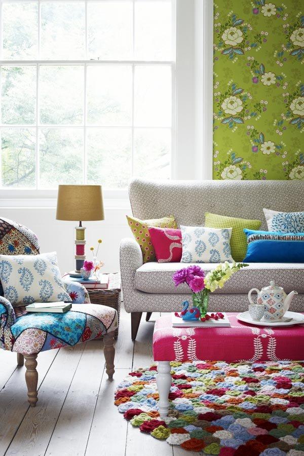 Яркий ботанический интерьер с подушками ярких насыщенных цветов в горошек, клетку, спирали, турецкие огурцы и крупным цветочным принтом.