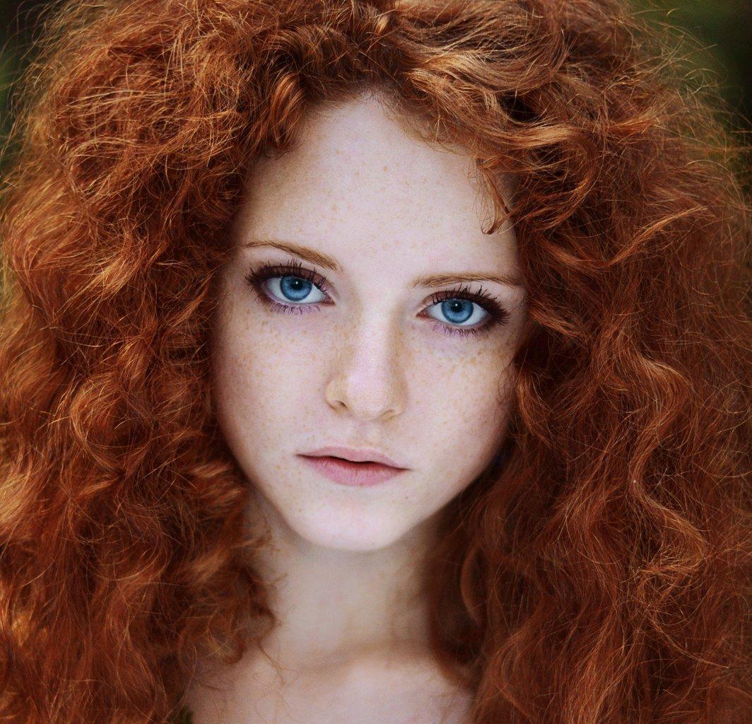 белокожая рыжая иностранная певица мягки