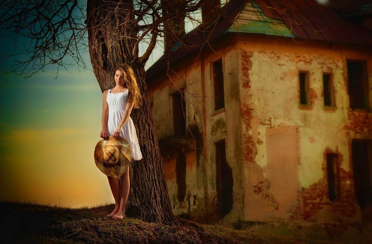 Фото стоящей девушки в доме — photo 9