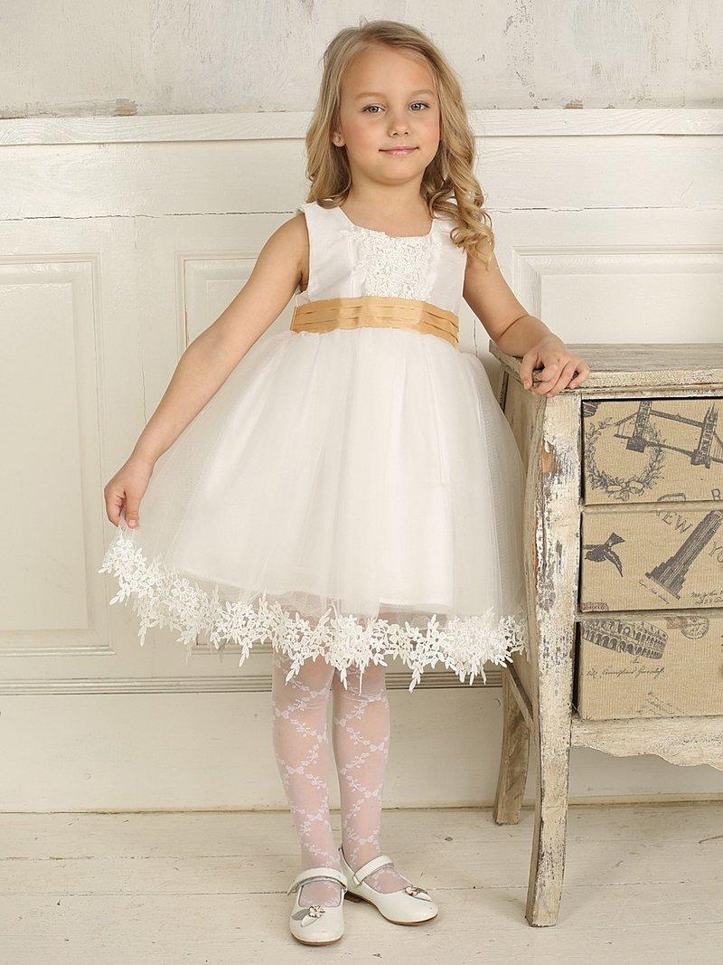 Белое платье с бежевым поясом для девочки