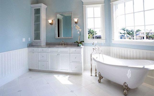 Стиль прованс в ванной. Крашеные в спокойные цвета стены, снизу отделанные вагонкой белого цвета.