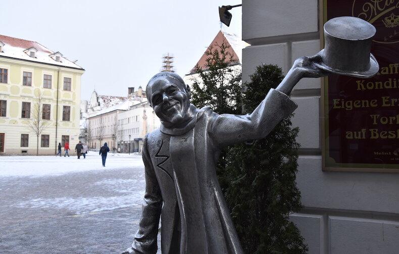 Бронзовая статуя на углу Главной площади Братиславы