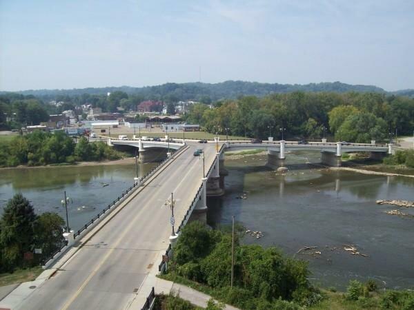 Занесвилльский Y-мост (Zanesville Y-bridge) в одноименном городке Занесвилль, штат Огайо, США, уникален своей формой Y. Мост построен на слиянии рек Ликинг и Макингем, поэтому и содержит три автомобильных полотна.