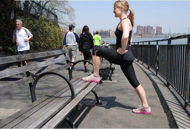 Спортивный шаг – это динамичное упражнение, которое активирует работу ягодиц и обеспечивает хорошую сердечно-сосудистую тренировку. Все, что вам нужно — это платформа, которая немного выше коленей — где-то около середины бедра, но можно начинать и с более низкой платформы, например, с устойчивой скамьи.