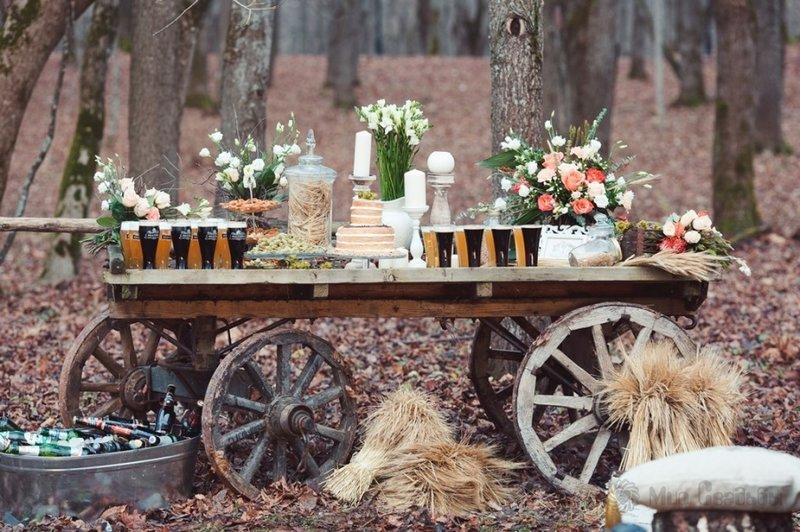 Наряду с модными тематиками свадебных тенденций в конце лета и осенью особую популярность набирает направление свадьба в стиле рустик.