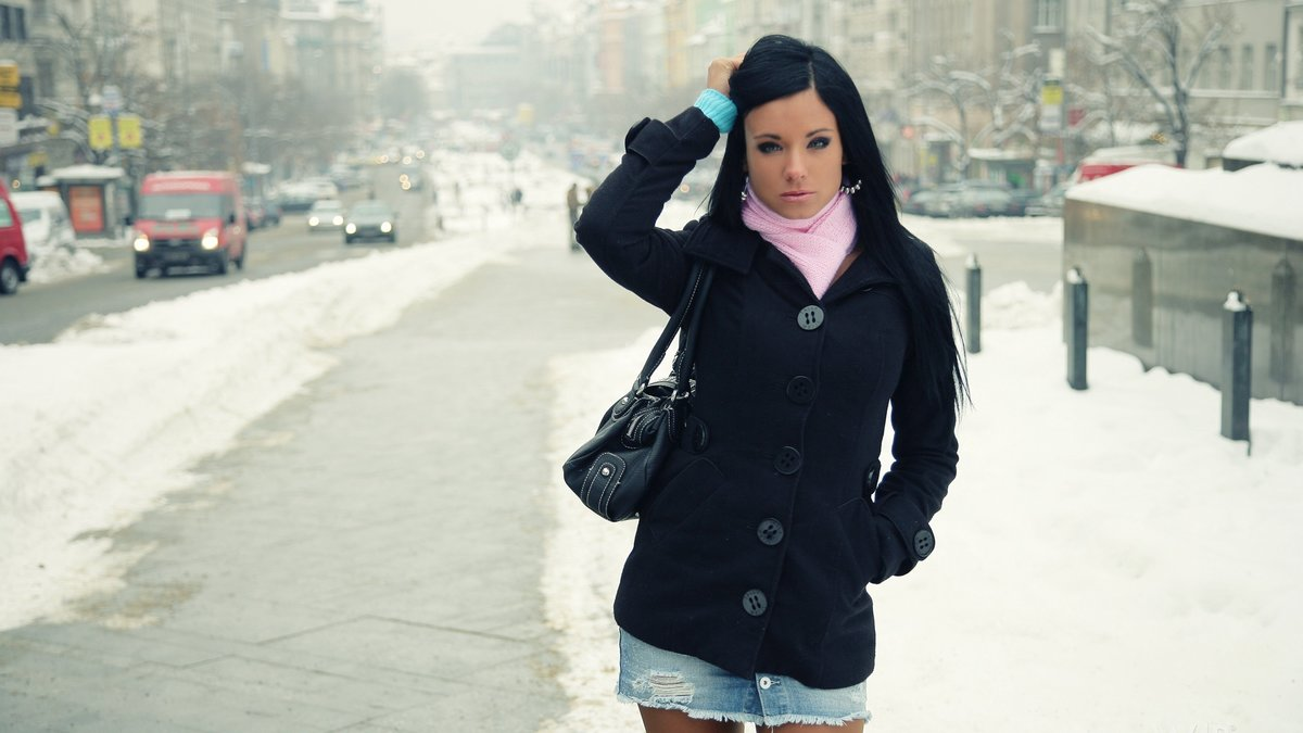 Фото девушек на зимнем улице сзади брюнеток с одеждой, фото присела на самотык
