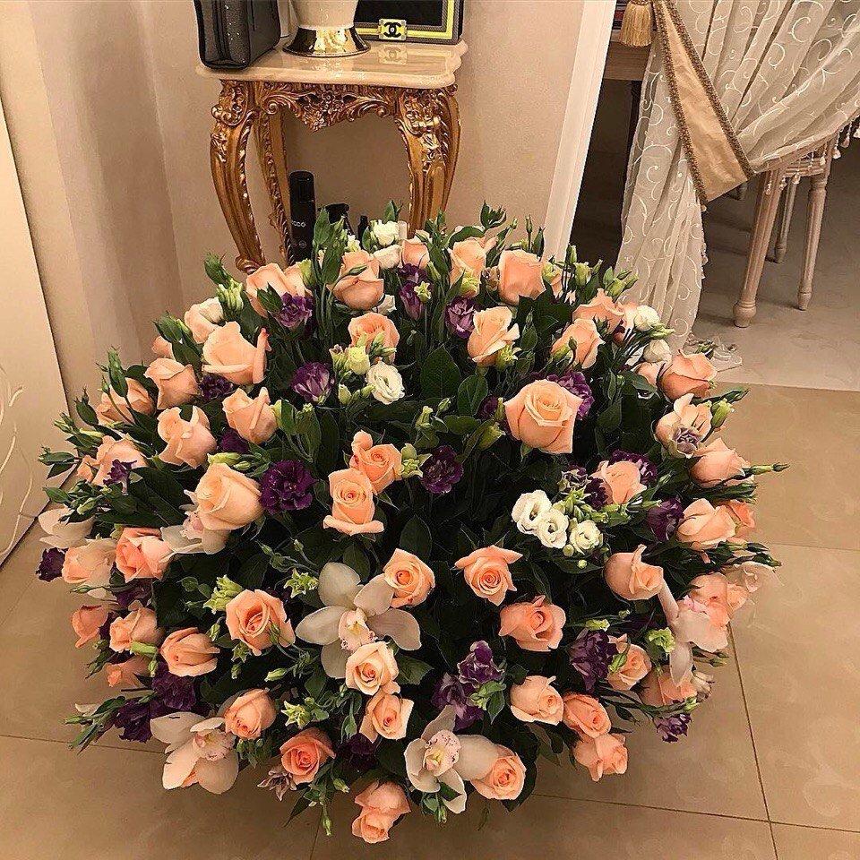Большой букет цветов в комнате