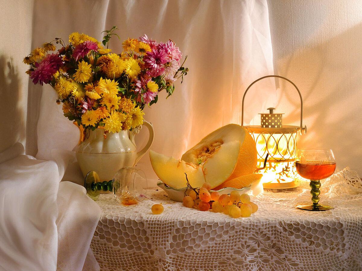 Желтые цветы и свечи фото натюрморт