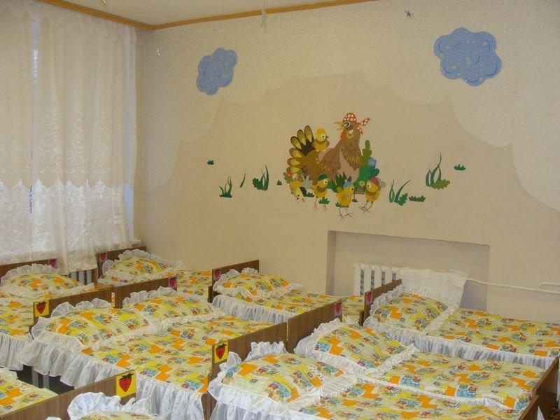 Картинки в группе спальни детского сада