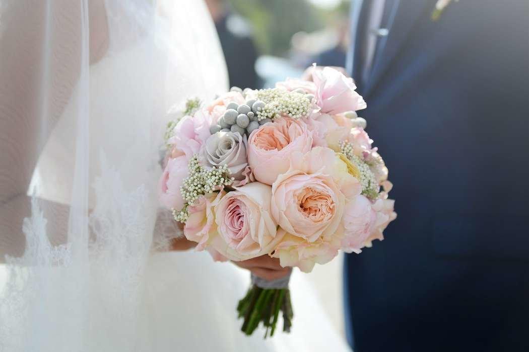 Роскошный свадебный букет из пионовидных роз спб