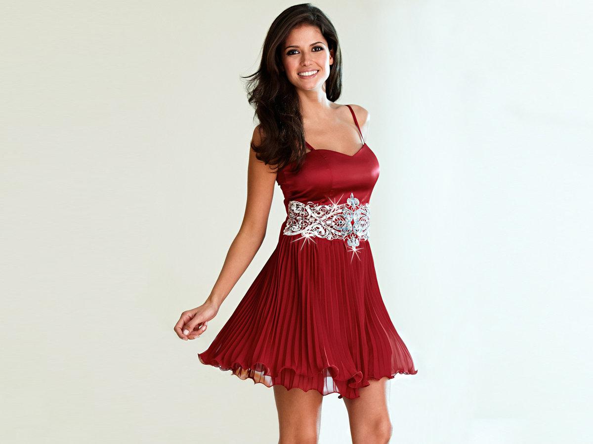 фото девушки в платье наживается